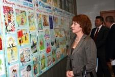Председатель облизбиркома из Сахалина у выставки.
